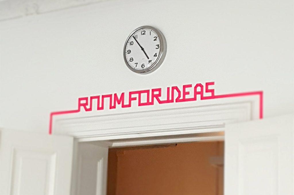 """Zimmertür über der aus Neon-Klebeband die Worte """"Room for ideas"""" geschrieben steht. Hier fand der Worshop für Ausbilden im Startup statt."""